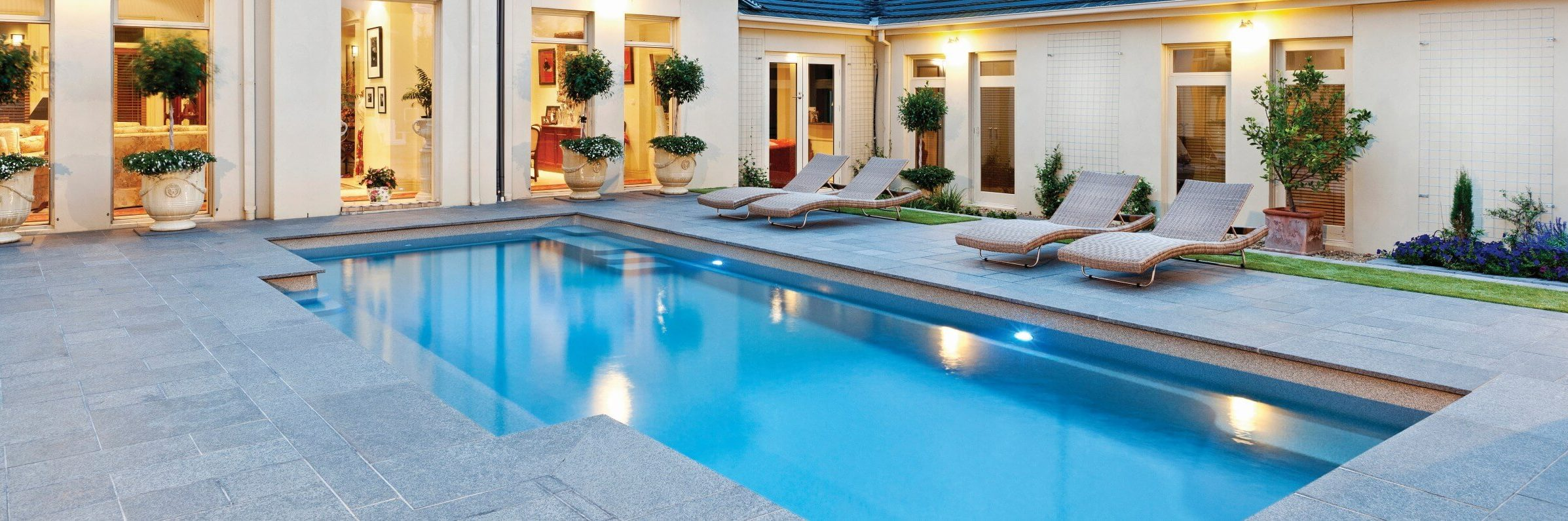 Building self-cleaning swimming pools